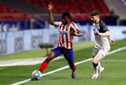 epa08513185 Atletico Madrid's Thomas Partey (L) in action against Alaves' Oliver Burke (R) during the Spanish La Liga soccer match between Atletico Madrid and Deportivo Alaves in Madrid, Spain, 27 June 2020.  EPA-EFE/MARISCAL