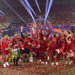 Liverpool voitti Chelsean kahdeksan maalin ottelussa – mestaruuspokaalin nosto kruunasi illan