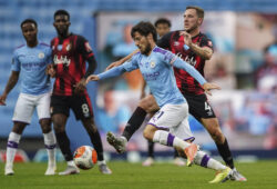 Manchester City's David Silva, foreground, duels for the ball with Bournemouth's Dan Gosling during the English Premier League soccer match between Manchester City and Bournemouth at the Ethiad Stadium in Manchester, England, Wednesday, July 15, 2020. (AP photo/Dave Thompson, Pool)  BA140