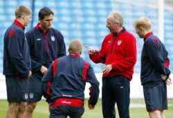 England soccer coach Sven Goran Eriksson talks to members of his squad, from left, Steven Gerrard, Frank Lampard, captain David Beckham, and Paul Scholes, during a training session at the City of Manchester Stadium in Manchester, England, Monday May 31 2004. England play Japan in an international friendly on Tuesday, as part of their preparations for the Euro 2004 championships. (AP Photo/Paul Ellis)  COPYRIGHT SCANPIX SWEDEN Code: 436